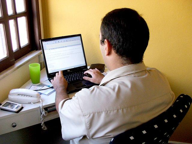 muž za počítačem