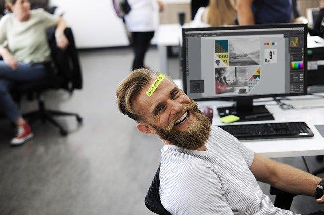 Vysmiaty muž v kancelárii