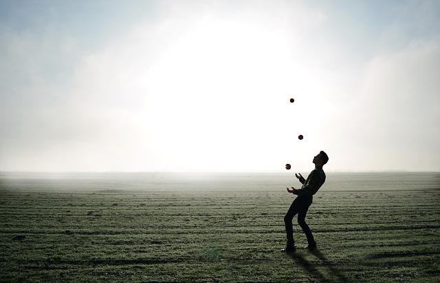 Muž, ktorý žongluje na lúke