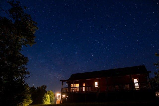 Osvetlený dom v noci, exteriér