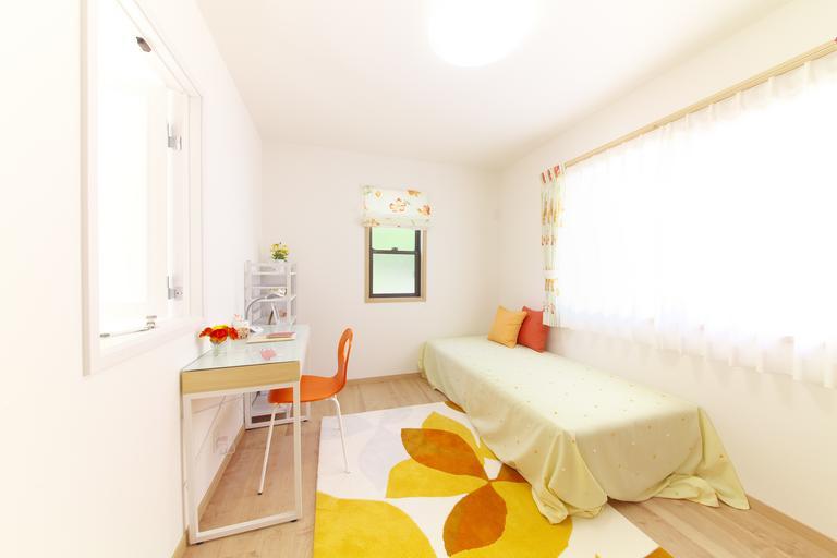 Interiér, biela posteľ, biely stôl, útulné