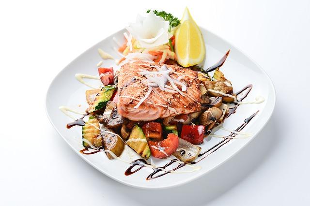 Steak z lososa položený na grilovanej zelenine