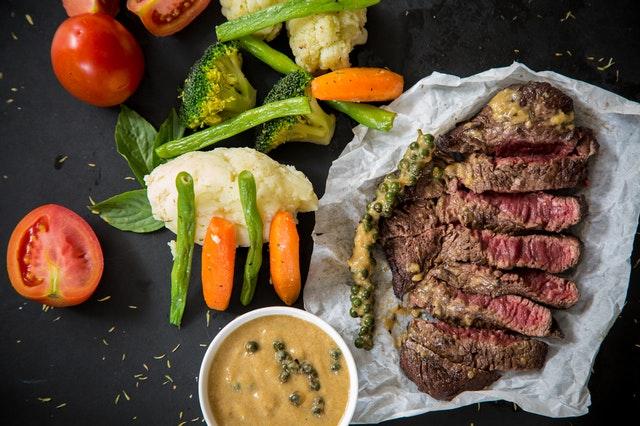 Hovädzí steak na papieri, mrkva a iní zelenina