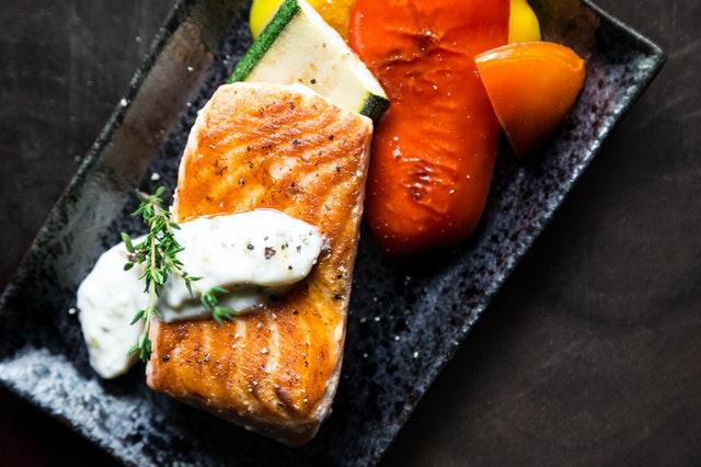 Pečená ryba s cuketou a paprikou